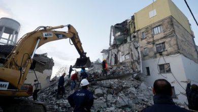les-secours-s-affairent-autour-des-debris-d-un-immeuble-effondre-a-thumane-en-albanie-apres-le-seisme-de-magnitude-6-4-survenu-dans-la-nuit-du-26-novembre-2019_6234498